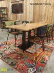 Tafel met stoelen op een kleurrijk carpet