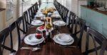 stoelen en muell houten tafels